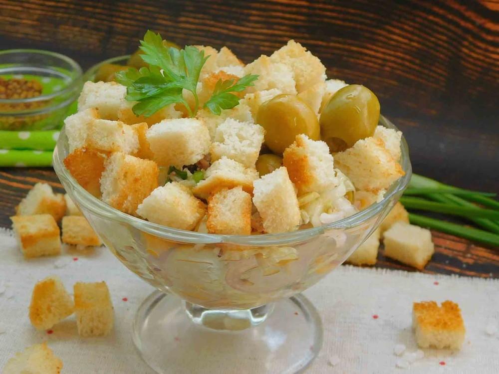 салат с тунцом сухариками и оливками