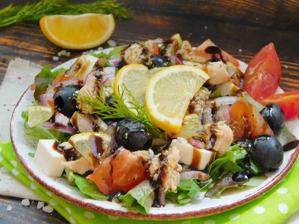 салат с тунцом и листьями салата