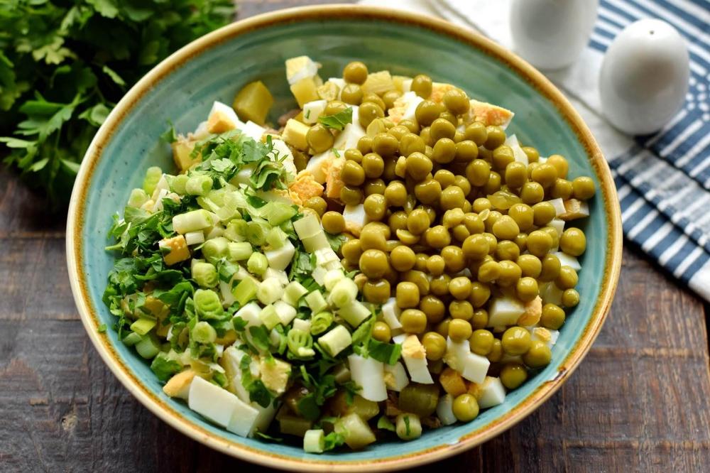 Салат с консервированным тунцом и горошком
